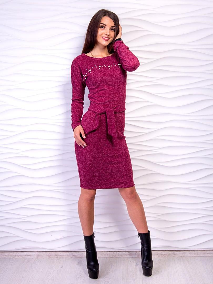 Стильное платье с поясом из ангоры с бусинами на груди