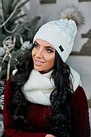 Стильная и теплая шапка с натуральным бубоном на флисе