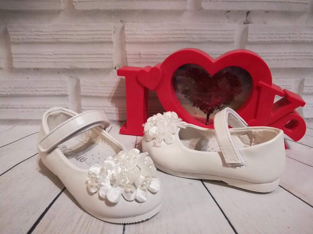 Нарядные белые туфельки для девочек.