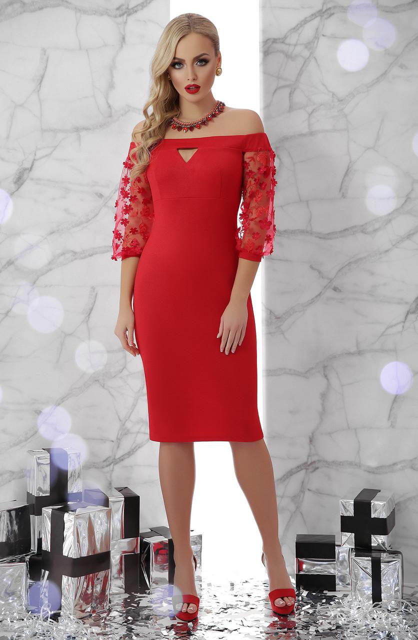 Нарядное красное платье по фигуре до колен с открытыми плечами и рукавами из сетки в цветок Розана д/р