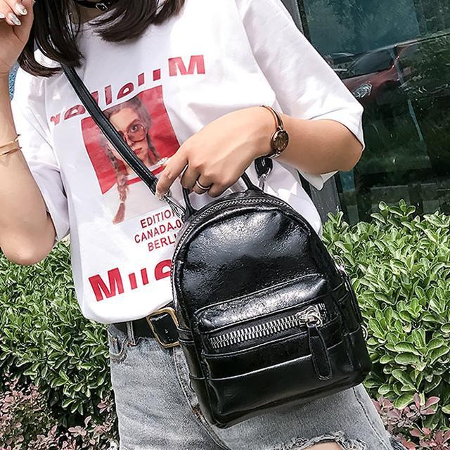 Маленький блестящий рюкзакв черном цвете