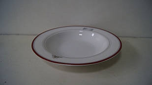 Біла керамічна тарілка