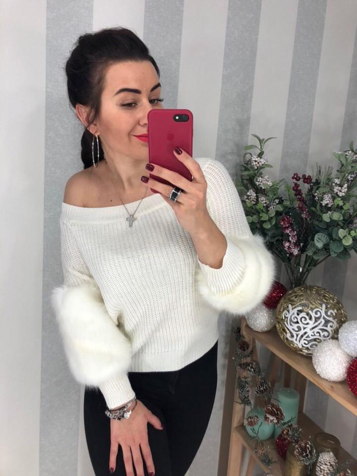 Белый свитер с меховым декором