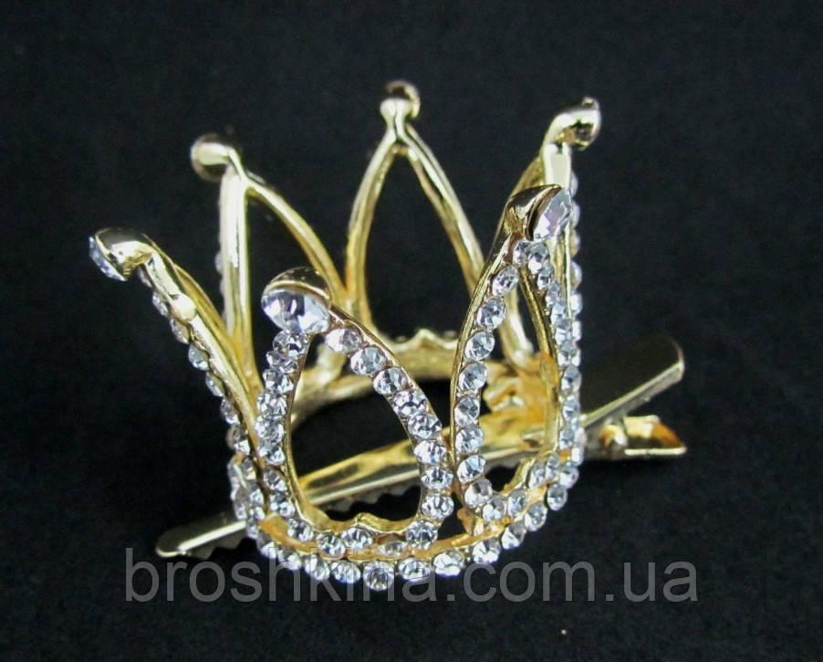 Корона в камнях на заколке уточке золотистая