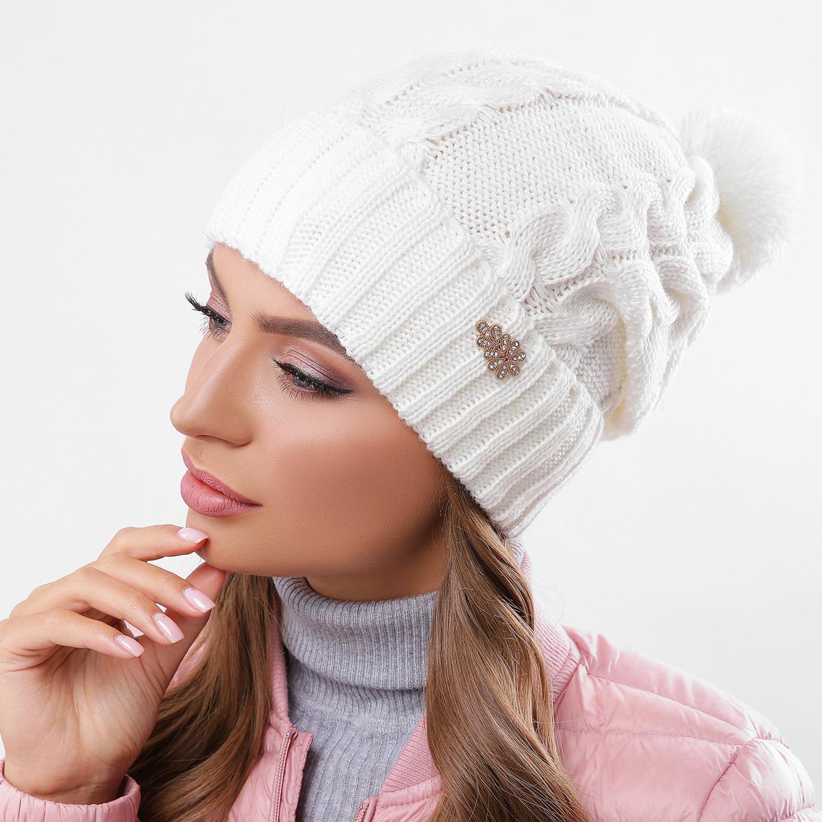Молочная вязаная шапка на флисе
