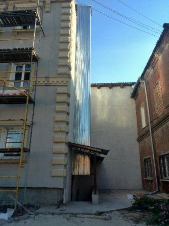 Сервисный подъёмник - лифт для ресторана. Снаружи здания.
