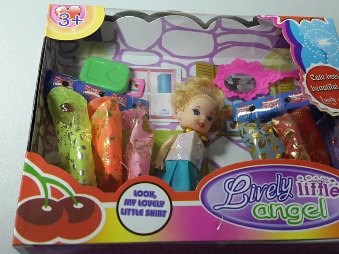 Кукла в наборе с одеждой зеркалом и чемоданом