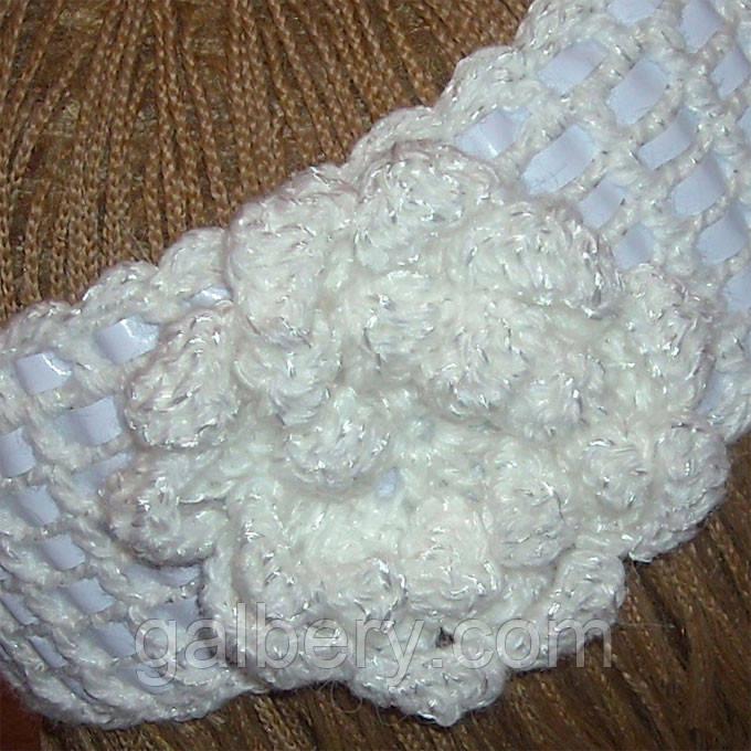 Вязаная повязка на голову белого цвета c элементами кожи