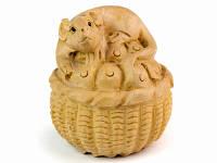 Нэцкэ деревянная Крыса на корзинке