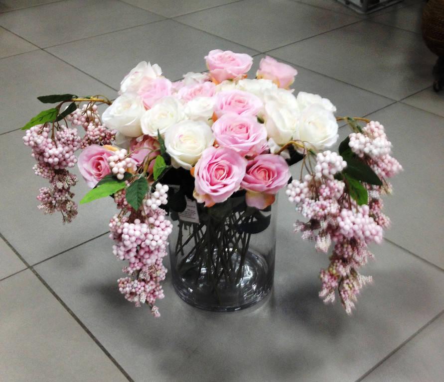 Букет из роз в стеклянной вазе