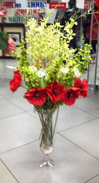 Красочная яркая композиция в стеклянной вазе