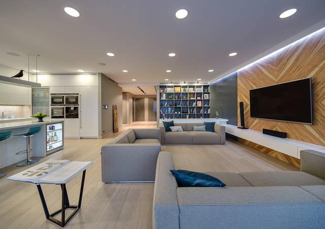 Панели, белая подвесная тумба, большой письменный стол, библиотека и кухня