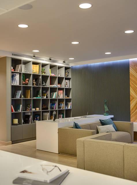 Рабочая зона: белый стол из акрила и встроенная библиотека