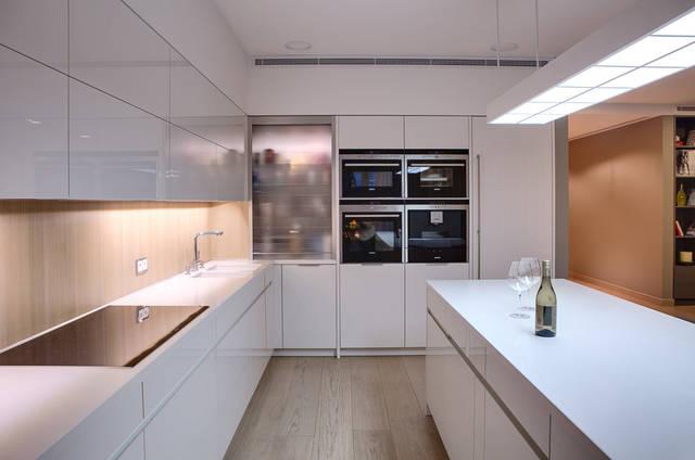Угловая кухня с подсветкой и большой остров
