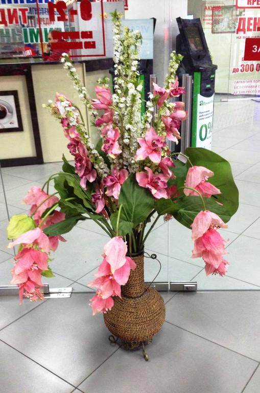 Динамичная композиция из экзотических цветов
