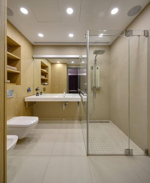 Ванная комната с мебелью и панелями из натурального дубового шпона с подбором рисунка. Зеркало с подсветкой.