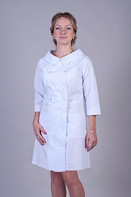 Красивый медицинский батистовый в белом цвете на пуговицах