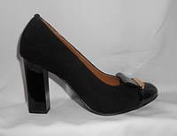 Модельные женские туфли на каблуке из натуральной замши и лаковым носком