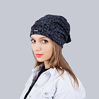 Стильная женская трикотажная шапка с принтом серого цвета
