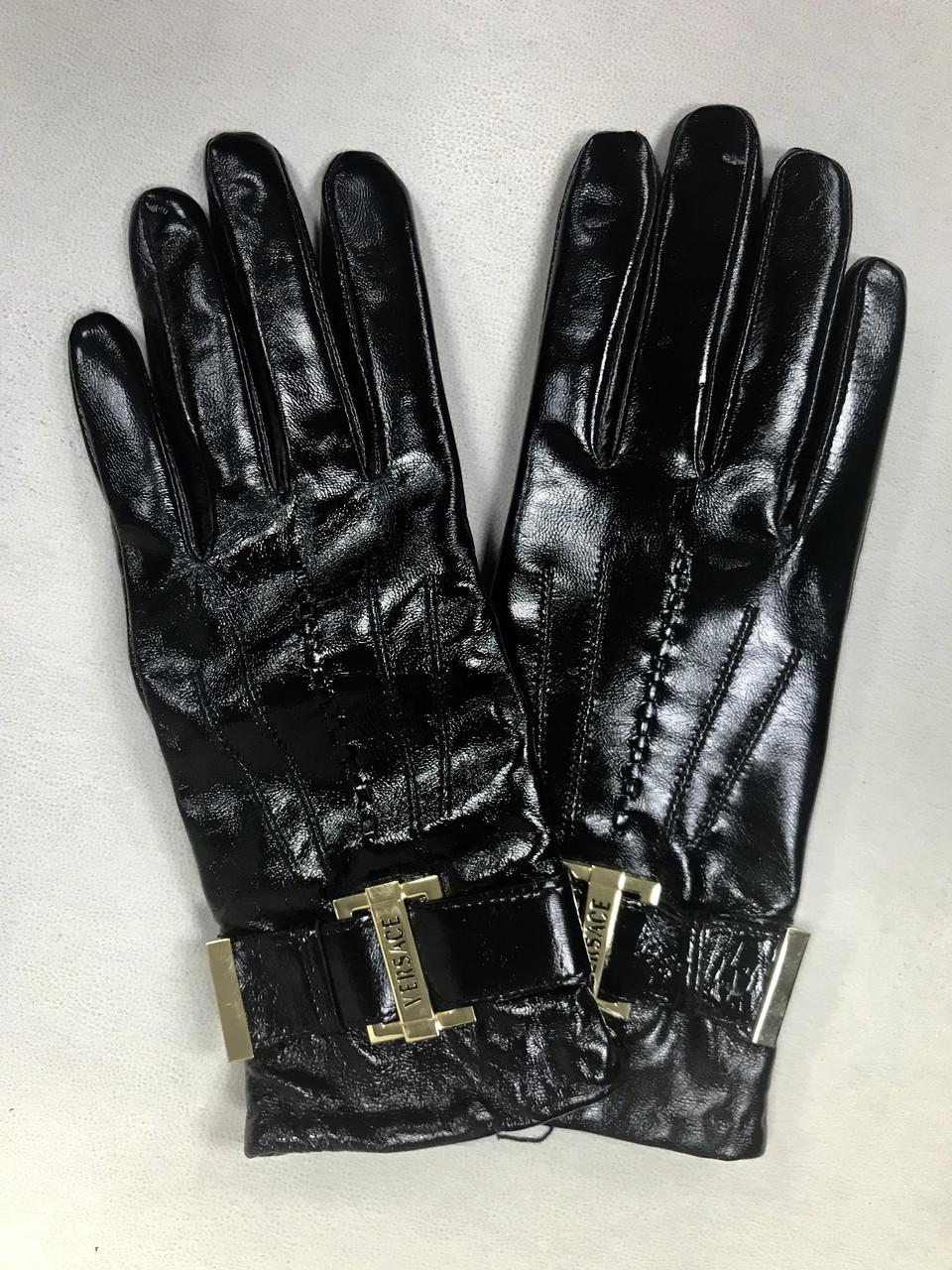 Женские кожаные перчатки Versace лак черные