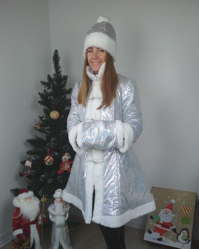 Модный новогодний костюм Снегурочки с коротким пальто голограмма серебро 42-48 р