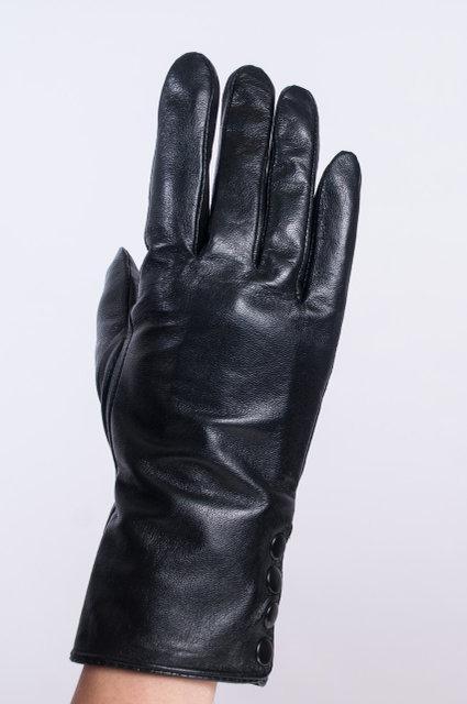 Женские перчатки из кожи на кнопках