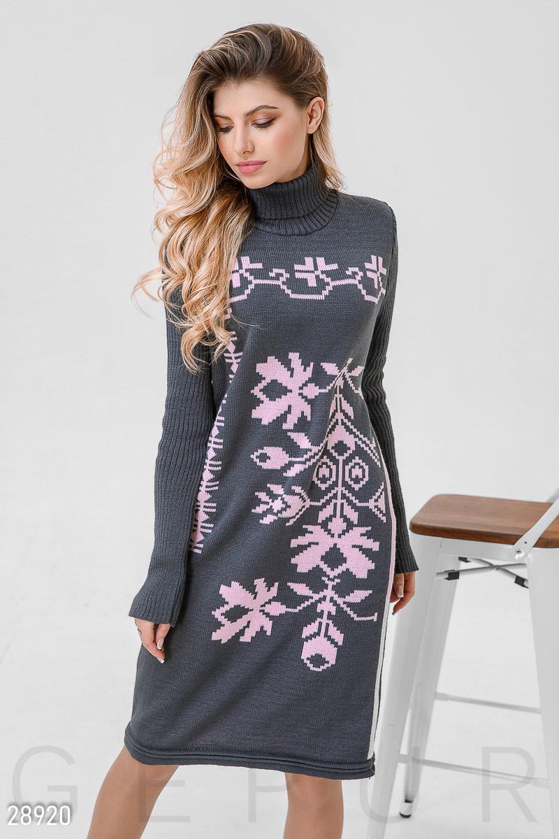 Теплое платье серого цвета с розовым орнаментом