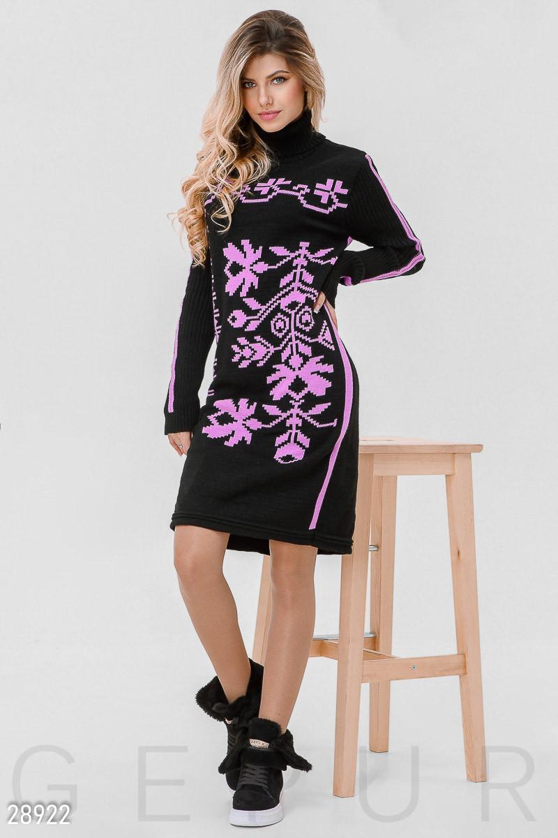 Теплое платье черного цвета с розовым орнаментом