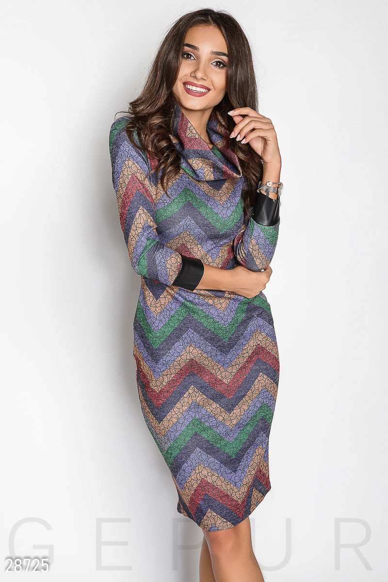 Фиолетовое платье-миди с геометрическим принтом