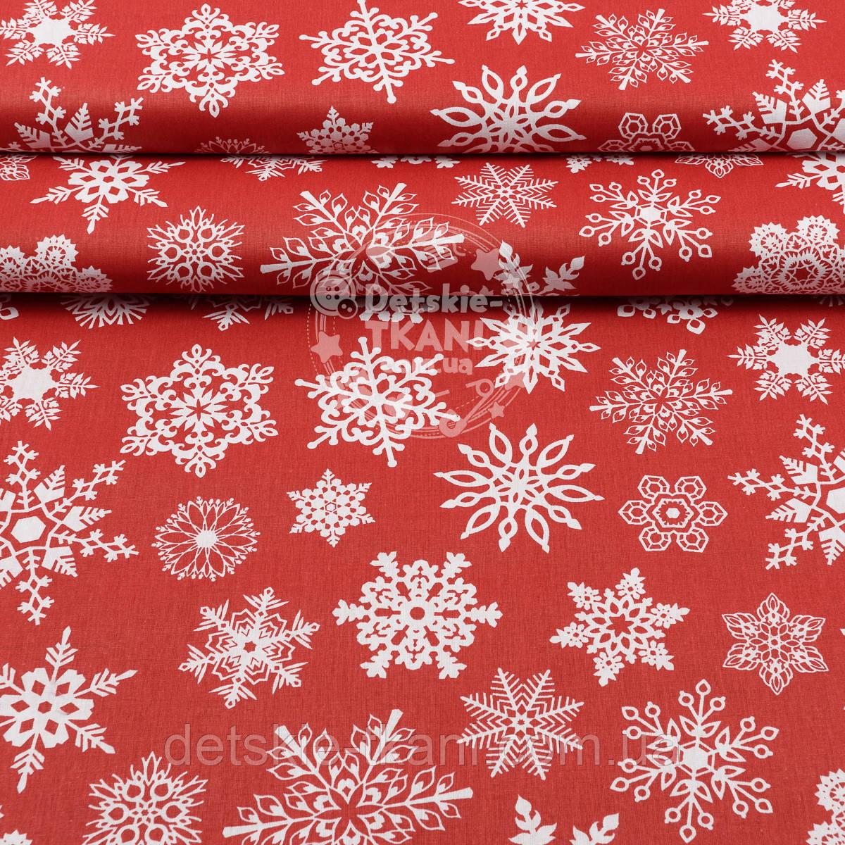 """Поплін з новорічним малюнком шириною 240 см """"Фігурні сніжинки білі на червоному (№1604)"""