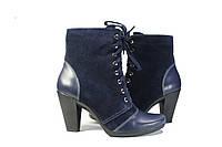 Замшевый ботинок синего цвета, каблук