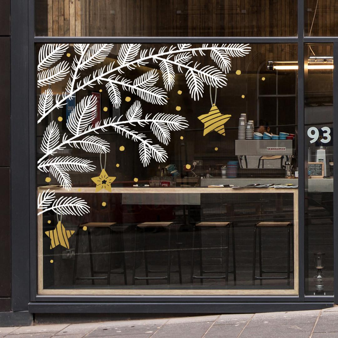 Прикраса вітрини магазину на Новий рік Ялинкова гілка