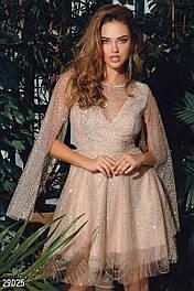 Бежевое мини-платье украшенное сеткой