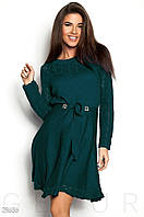 Расклешенное женское платье изумрудного цвета