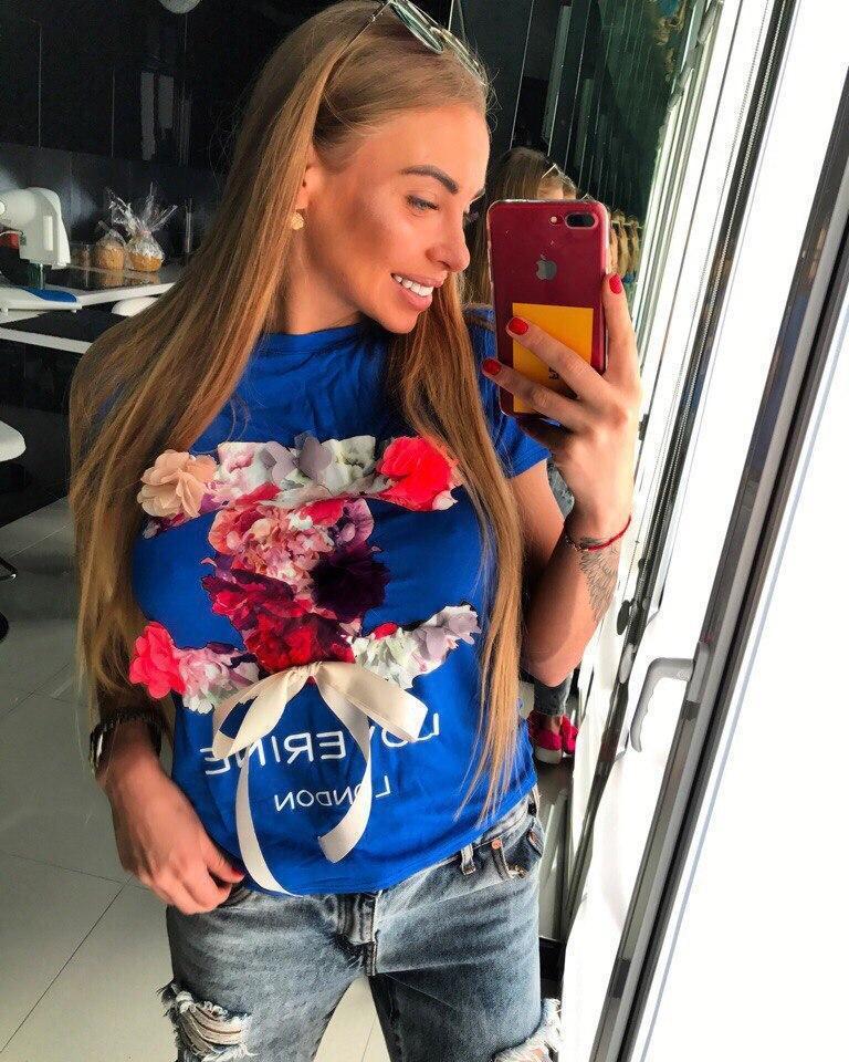 Женская футболка декорирована принтом и цветами HAND utDE н-t18ut427