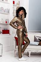 Стильный зимний женский стеганый комбинезон металлик на синтепоне с капюшоном с пышным мехом для прогулок