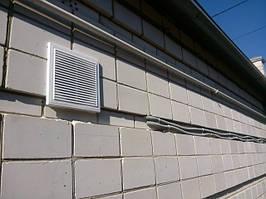 наружная решетка вентиляции и прокладка кабелей к главному электрощиту