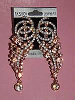 Серьги длинные, розово - белые стразы, золотистый металл, застежка гвоздик 000610
