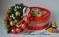 """Торт-шкатулка з цукерок """"Різдвяний"""" з янголом і цукерки з марципаном."""