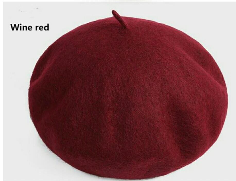 Женский зимний классический берет бордового цвета