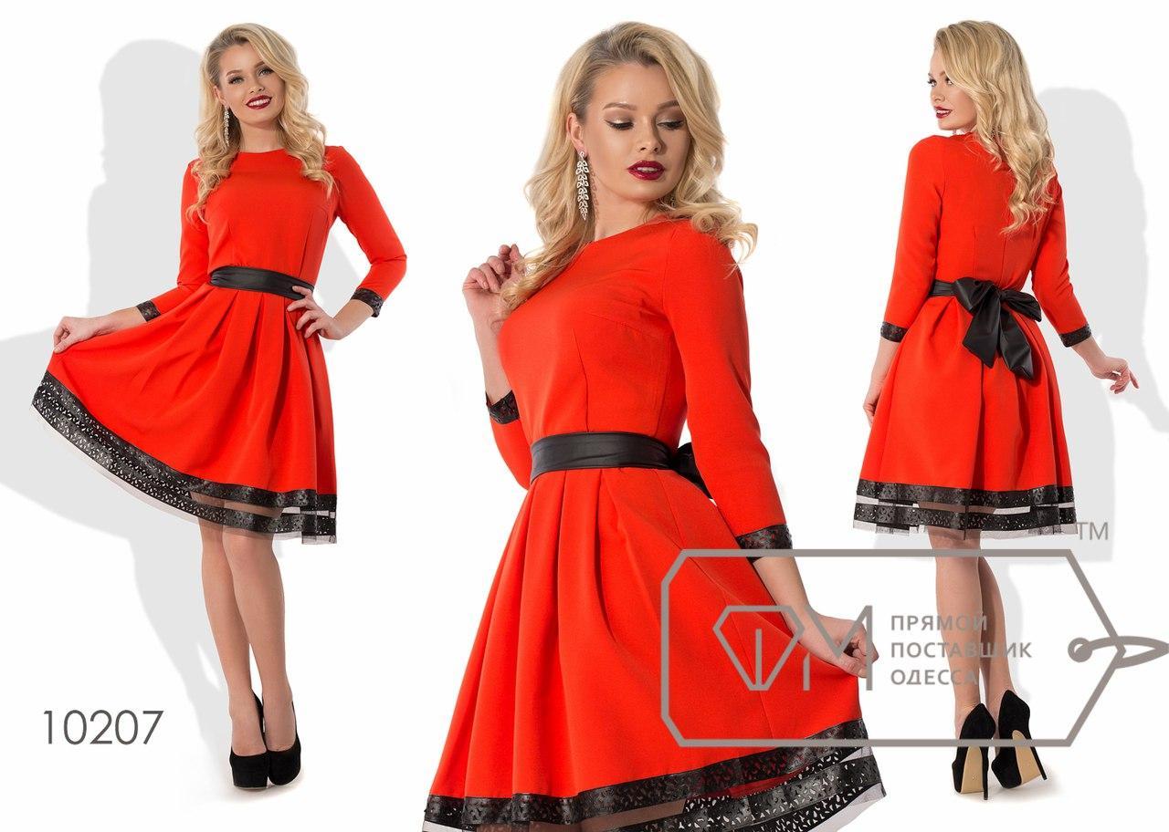 06ee8bdaba9 Красное приталенное женское платье со складками на пышной юбке и черной  окантовкой внизу. Арт-