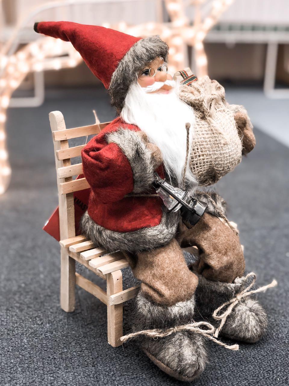 """Лялька """"Санта Клаус на стільці"""" колекційна 27см висота"""