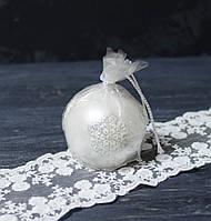 Свеча-шар бело-серебристый 8 см с обьемными элементами