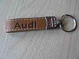 Брелок хлястик Audi 110мм 15г кожзам светло коричневый №2 эмблема Ауди автомобильный на авто ключи нецентровк , фото 2