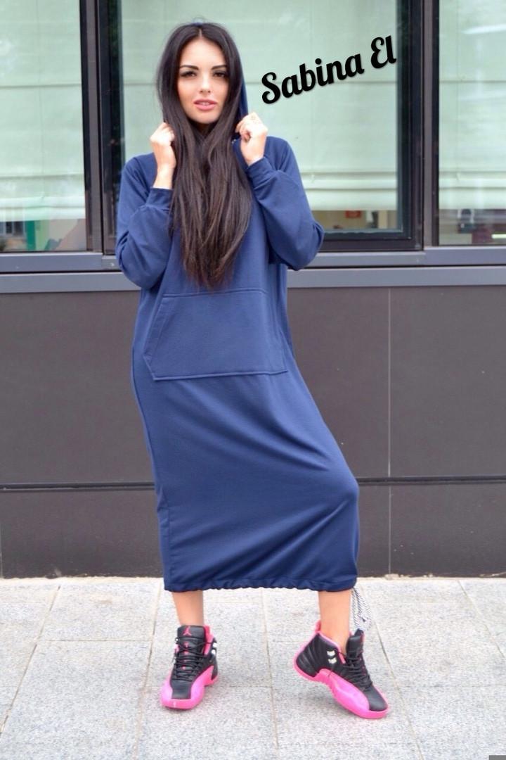 Платье свободного кроя с капюшоном ниже колена