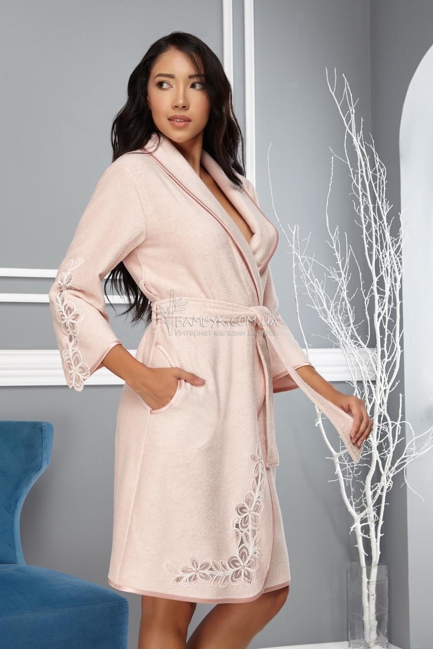 Молодежный халат средней длины  с кружевом Nusa цвета пудры NS-4010