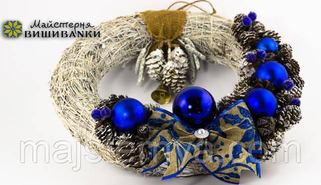 Декоративний різдвяний вінок з прикрасами синього кольору