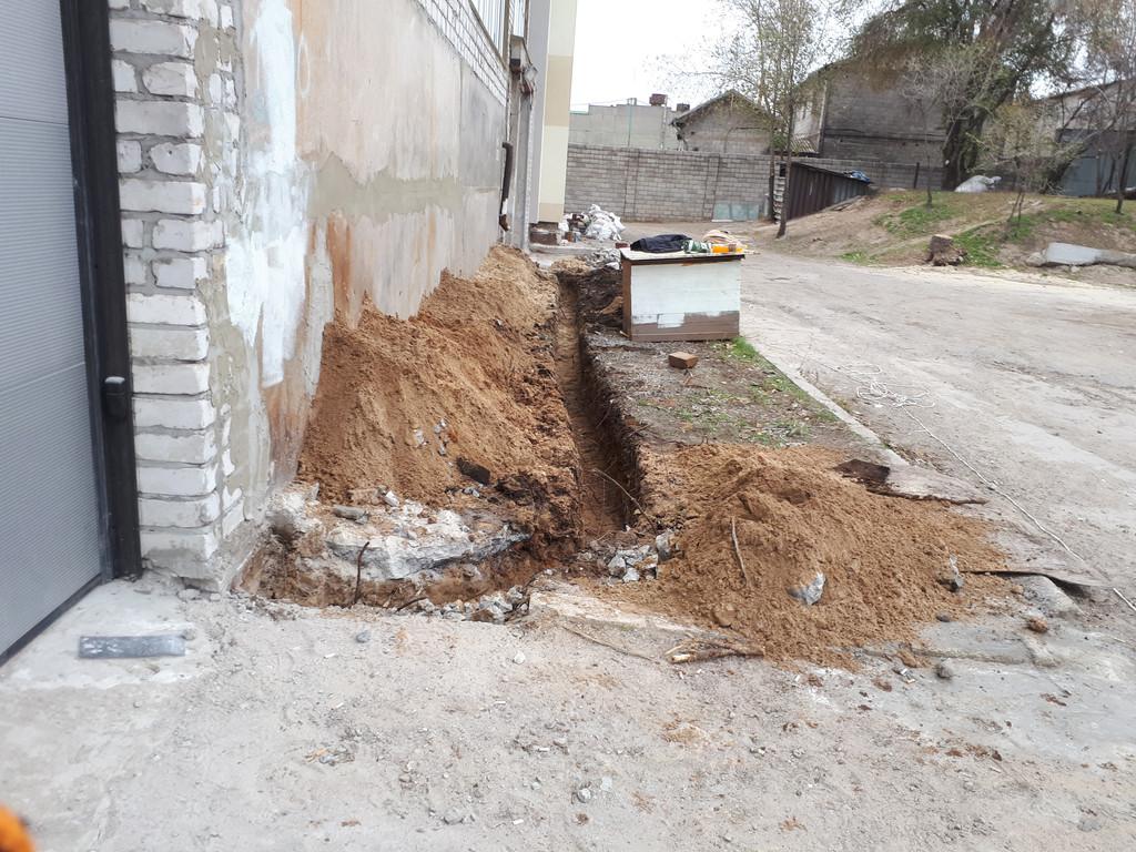 Траншея (все 50 метров) выкопана в течении дня. Затем, после работ сварщиков и забивки уголков, через несколько дней траншея засыпалась.