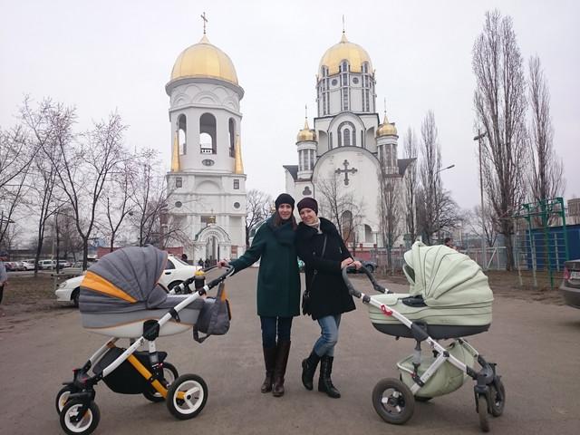 две мамы гуляют с колясками на улице