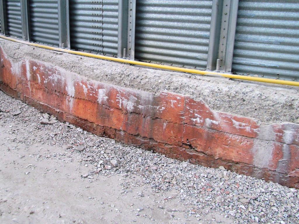"""Для воссатновления разрушенных участков необходимо демонтировать поврежденный бетон до """"живого"""" основания, очистить от пыли многократно  увлажнить"""